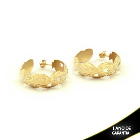 Imagem de Brinco Argola Fosca com Trabalhado Diamantado e Corações Vazados - 0210016